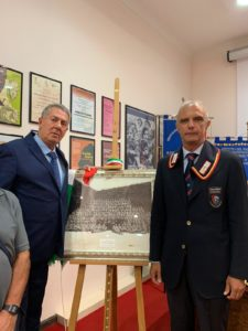 Il Col. Girolamo con il Ten. Arabia. Al centro il quadro donato